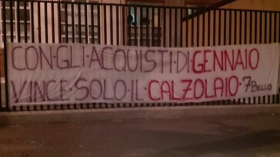 La contestazione dei tifosi viola, messo striscione contro la società al Franchi. La firma…