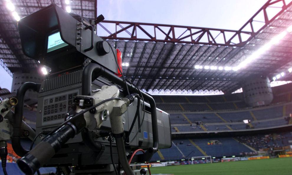 Svolta epocale per il calcio italiano: arriva la Moviola in campo. La data di inizio della sperimentazione…