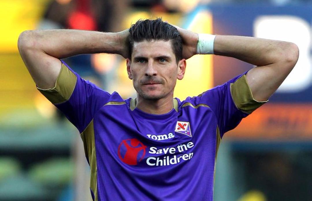 Il Wolfsburg prepara un'offerta da sogno alla Fiorentina per Mario Gomez