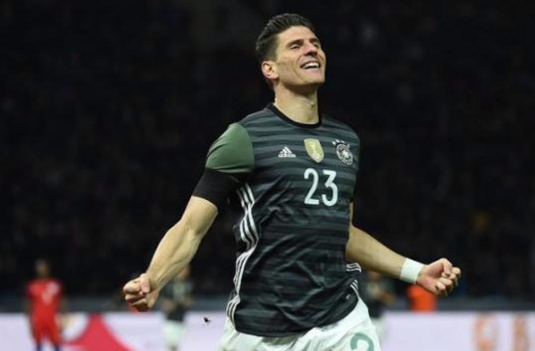 Il Borussia vuole Mario Gomez, la Fiorentina ha chiesto sette milioni e il giocatore…