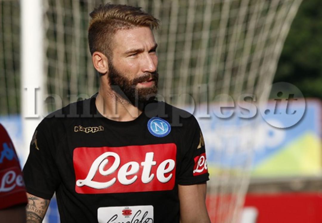 Clamoroso, Tonelli non si allena mai, il Napoli pensa di lasciarlo fuori dalla lista dei 25