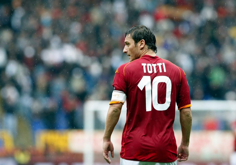 """L'Enoteca Pinchiorri fa gli auguri a Totti, striscione polemico al Franchi: """"Sei un pezzente"""". Poi le scuse del ristoratore…"""