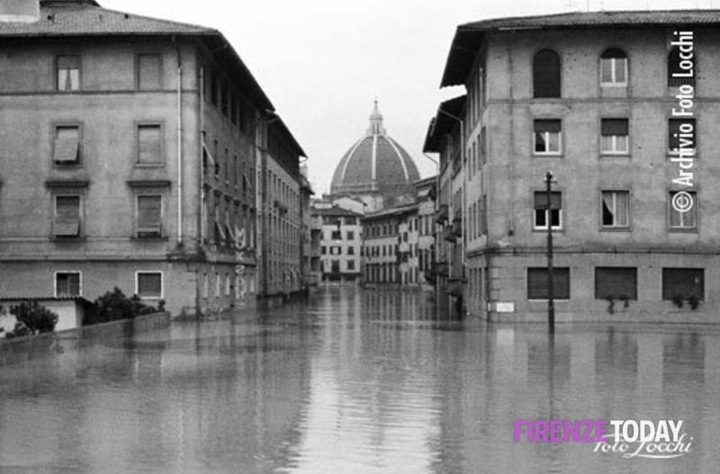 50 anni fa la terribile alluvione, così De Sisti e tutti i giocatori viola si trasformarono in angeli del fango