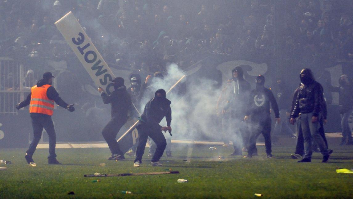 Follia in Grecia: in fiamme la casa del presidente degli arbitri. Fermi tutti i campionati