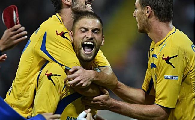 In B il regalo più bello se lo fa il Frosinone: 3-2 contro il Benevento e aggancio al Verona. Tutti i risultati