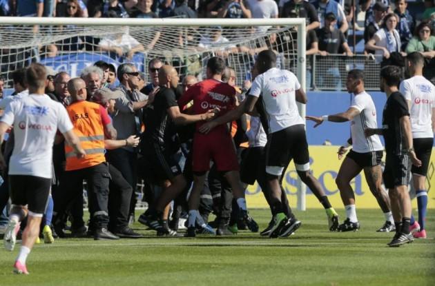 Domenica di follia a Bastia: tifosi locali aggrediscono la squadra del Lione durante il riscaldamento