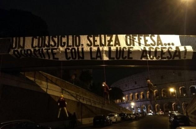 """Tensione a Roma: manichini impiccati e striscioni minatori: """"Dormite con la luce accesa"""""""