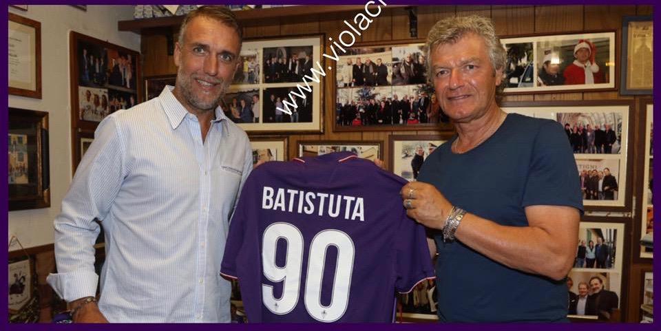 La Fiorentina omaggia Batistuta per gli anni trascorsi in viola, il premio dalle mani di Antognoni