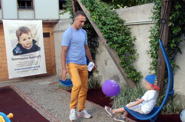 Batistuta Re in campo e fuori: a Firenze gioca con un bambino della Fondazione Bacciotti