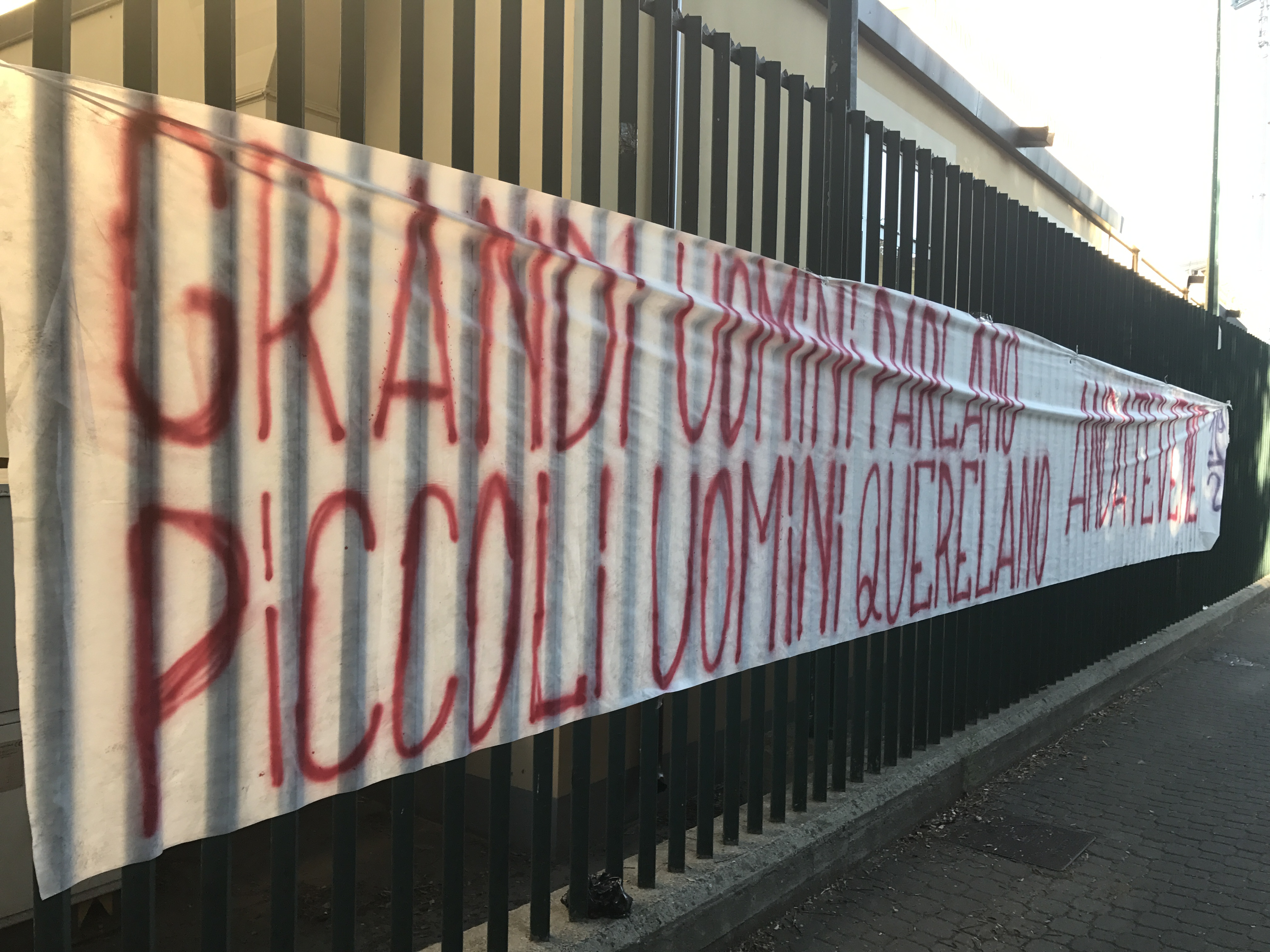 Zitti tutti, parla Firenze! Curva Fiesole a raccolta fuori dal Franchi per urlare la loro rabbia verso la società.