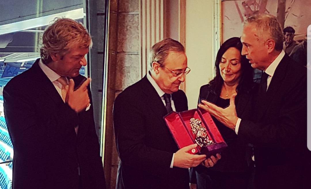 Fiorentina e Real Madrid a pranzo insieme. Antognoni e Mencucci consegnano un dono a Florentino Perez