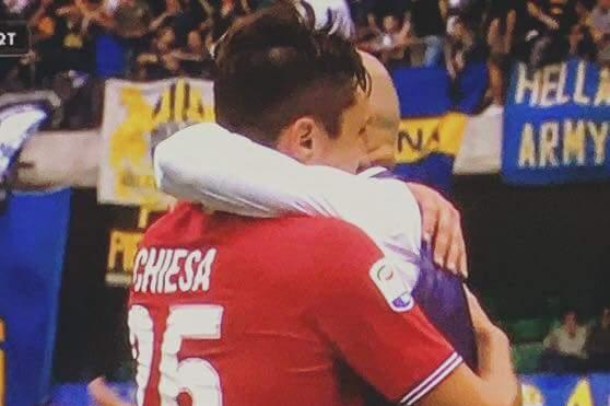 Quel lungo abbraccio tra Federico Chiesa e Stefano Pioli. Il gesto più bello nel giorno della manita della Fiorentina
