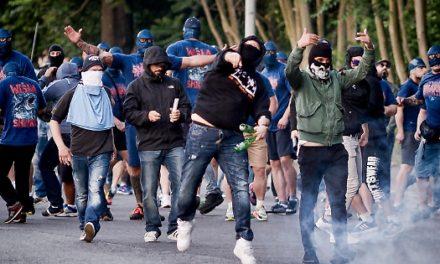 Paura al Colosseo: ultras Roma assaltano supporters del Chelsea. Dentro al pub con i bastoni, diversi feriti