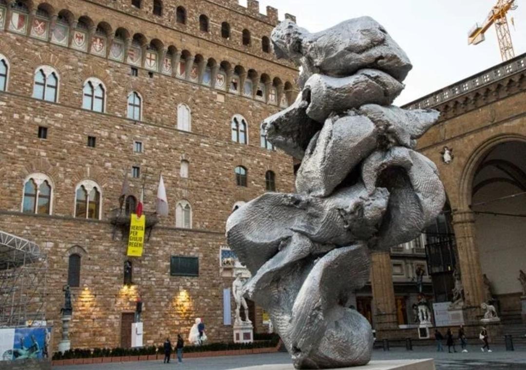 """La scultura di arte contemporanea in Piazza della Signoria non piace nemmeno a Saponara: """"What is this?!"""""""