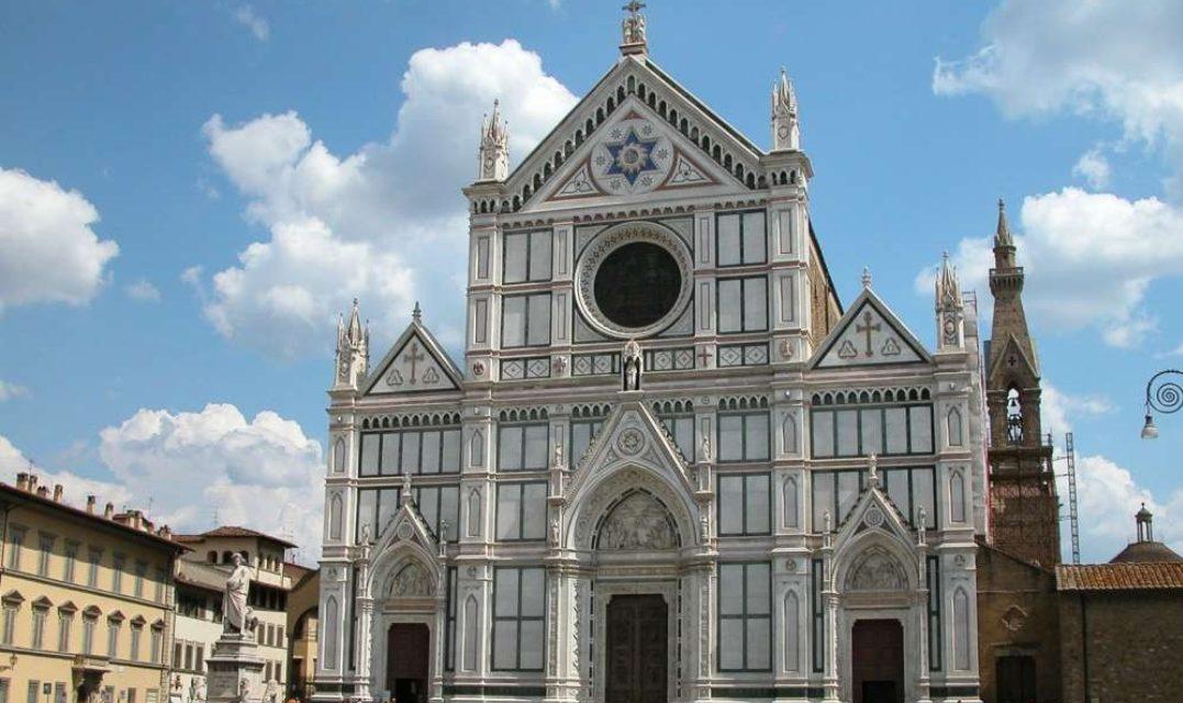 Tragedia a Firenze, si stacca un pezzo all'interno della basilica di Santa Croce, muore un turista