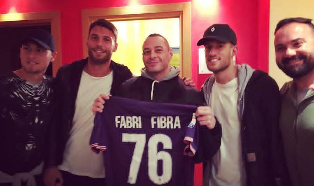 I giocatori viola vanno a vedere Fabri Fibra a Firenze e gli regalano una maglia della Fiorentina
