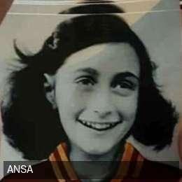 Ultras Lazio, adesivi antisemiti in curva Sud: Anna Frank con la maglia della Roma, volantini e scritte…