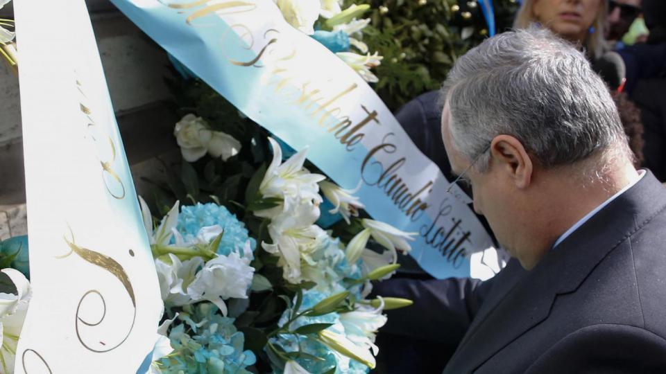 Gettata nel Tevere la corona di fiori deposta da Lotito e intanto spunta anche un misterioso messaggio…