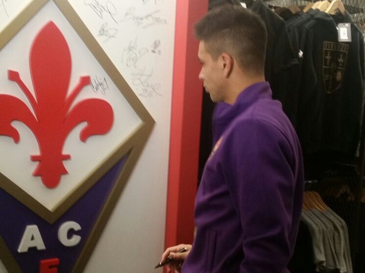 FOTO, Simeone e Astori allo Store del Duomo. Il Cholito firma il logo della Fiorentina