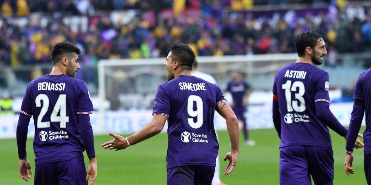 Simeone porta in vantaggio i viola, Calhanoglu pareggia dopo 2 minuti. 1-1 alla mezz'ora..