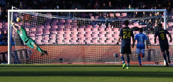 Serie A: vince il Napoli, cade ancora l'Inter. Genoa in extremis sul Benevento, pari Spal-Toro