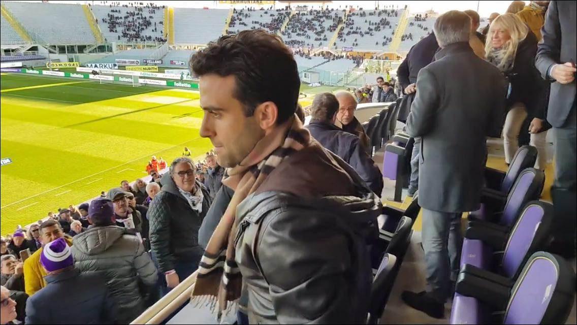 """Lo stadio acclama Pepito cantando: """"Il fenomeno!"""" e lui risponde con la mano sul cuore"""