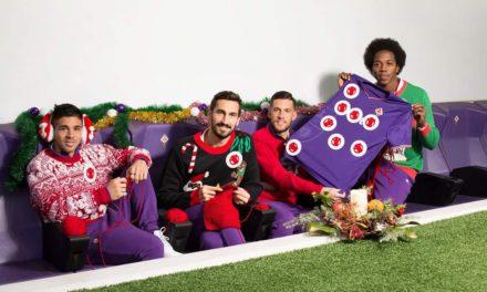 La Fiorentina in posa natalizia per Save The Children. Maglioni, renne, paraorecchie e calze