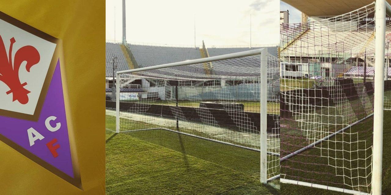 Nuove bandierine con lo scudetto della Fiorentina e reti bianco viola delle porte allo stadio Franchi