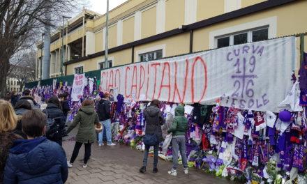 FOTO, Tantissimi tifosi aspettano allo stadio Franchi il passaggio del corpo di Astori