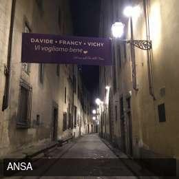 """""""Davide, Francy, Vichy, vi vogliamo bene"""": lo striscione dei vicini-amici per Astori"""