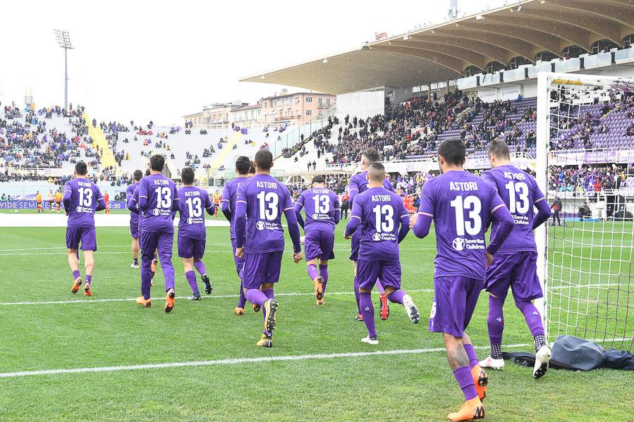 FOTO, Da Pioli al preparatore, tutta la Fiorentina entra in campo con la maglia di Astori