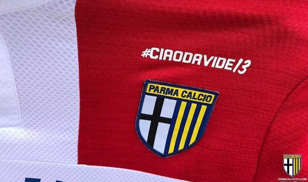 Il Parma omaggia Astori, sulla maglia, sopra lo scudetto, il suo ricordo