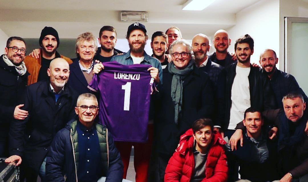 FOTO, Antognoni, Pioli, Saponara e Falcinelli regalano la maglia della Fiorentina a Jovanotti