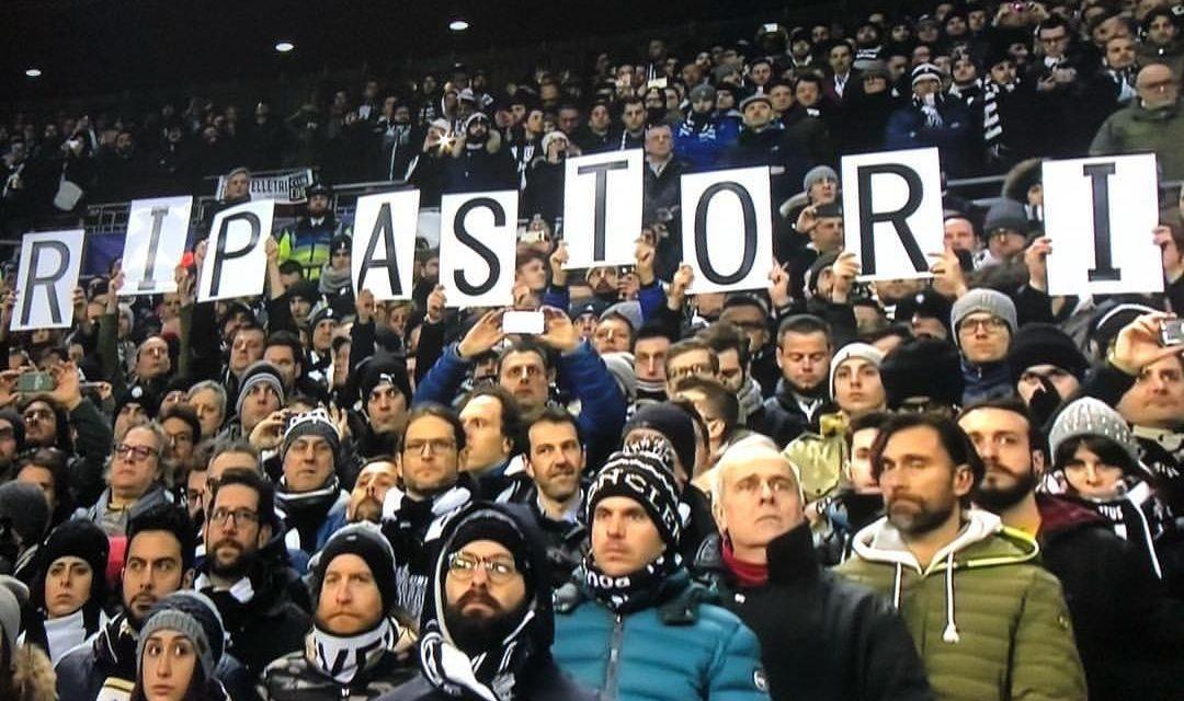 Commovente minuto di raccoglimento in Totthenam-Juventus per Davide Astori.