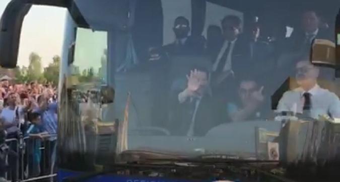 (FOTO): Sarri mostra il dito medio ai tifosi della Juventus. Polemica sui social