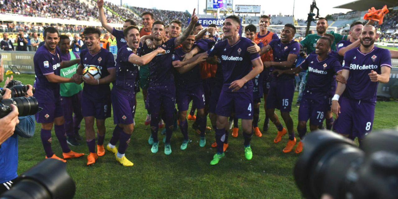 FOTO, Simeone si prende il pallone e la squadra festeggia sotto la Fiesole