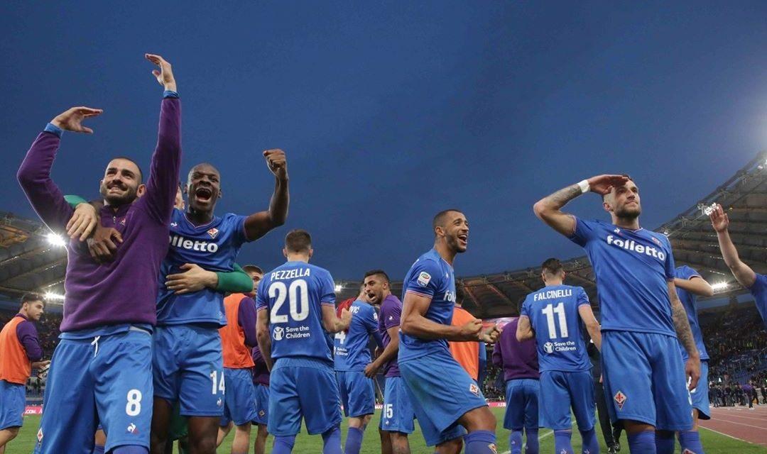 """Al 90′ è festa viola tra giocatori e tifosi, si canta """"Davide Astori"""" con saluto al capitano"""