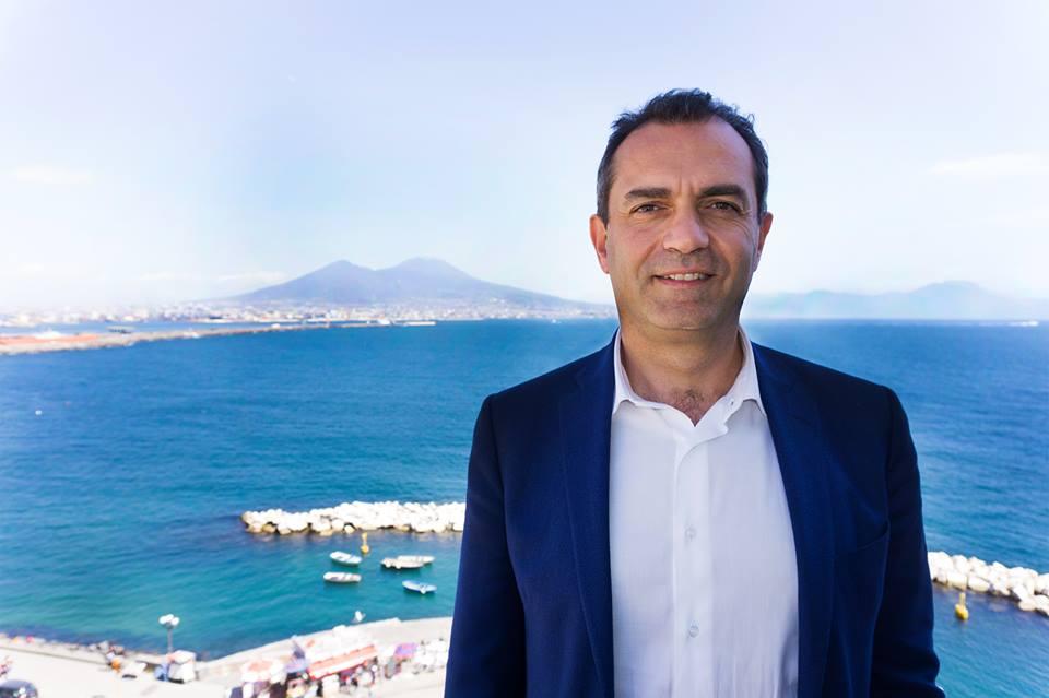 """Sindaco Napoli choc su Facebook: """"Furti di Stato o di calcio. Palazzi dei poteri corrotti"""""""