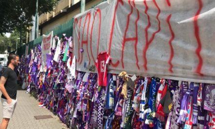 Gonzalo si ferma davanti al muro in onore di Astori fuori lo stadio Franchi. Con un regalo…