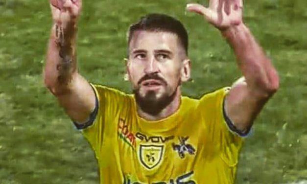 Tomovic segna e mostra il 13 a tutto lo Stadio. Il Franchi lo applaude e si commuove