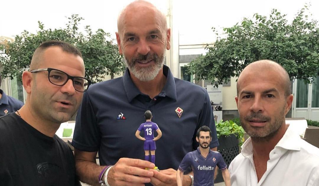 (FOTO) Un artigiano napoletano regala a tutta la Fiorentina una statuetta di Astori nel ritiro viola