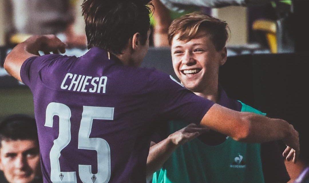 VIDEO, L'abbraccio tra Chiesa e suo fratello piccolo dopo il gol, una meravigliosa scena d'amore viola