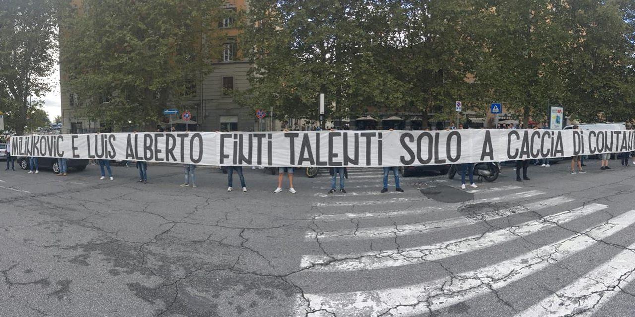 """(FOTO) Duro striscione tifosi Lazio: """"Milinkovic e Luis Alberto finti talenti, solo a caccia di contanti"""""""