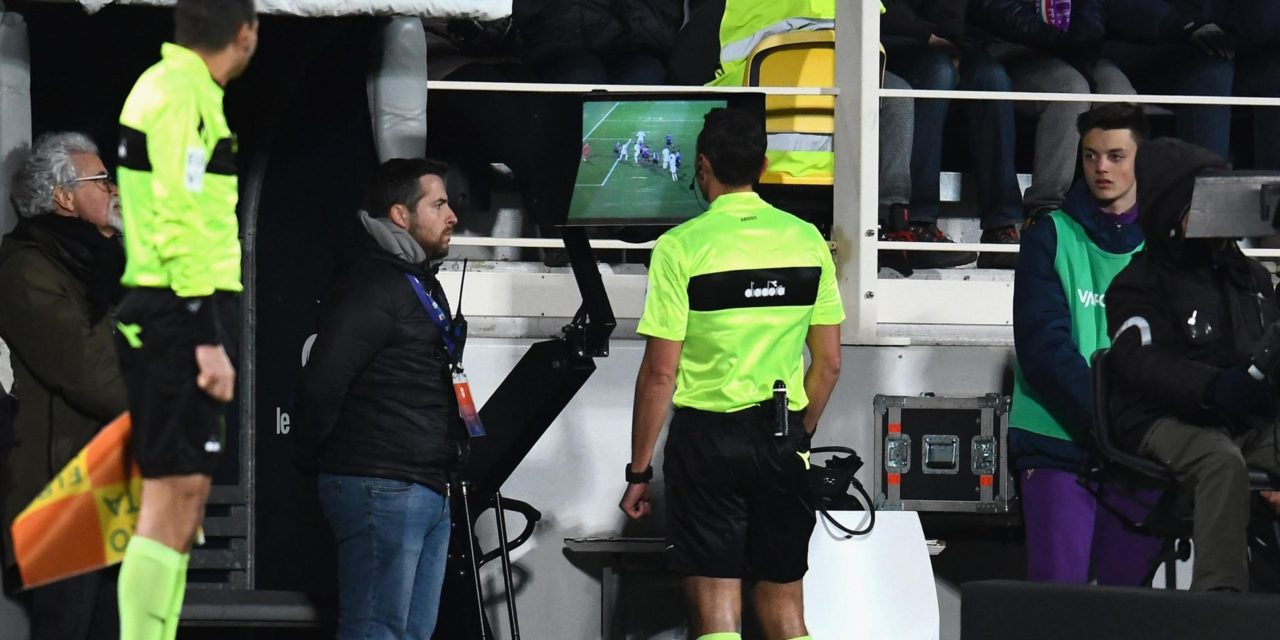 Retroscena, siparietto al VAR. Vitor Hugo mostra all'arbitro Abisso…