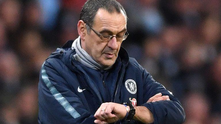 Sarri flop, i risultati inchiodano il suo Chelsea. A fine anno torna in Italia? In Inghilterra…