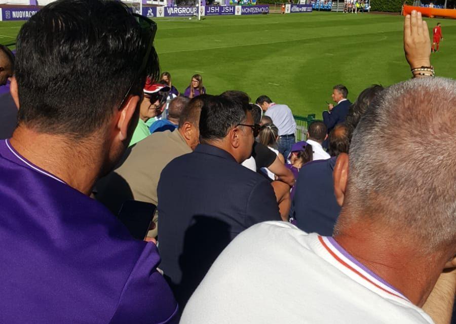 Moena, Barone assiste alla prima partita amichevole della viola insieme ai tifosi allo stadio Benatti
