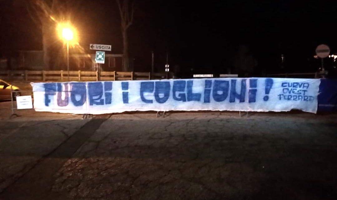 """""""Fuori i coglioni.."""" Striscione degli ultras curva ovest davanti al c.s. della SPAL. (FOTO)"""